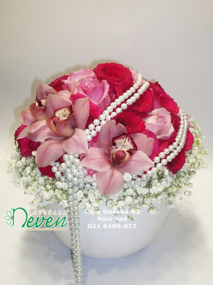 Aranžman sa ružama, orhidejama i biserima