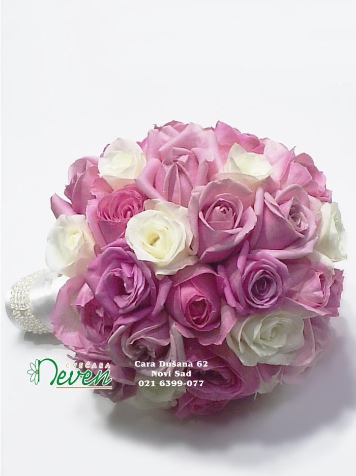 Bidermajer sa ciklama i belim ružama