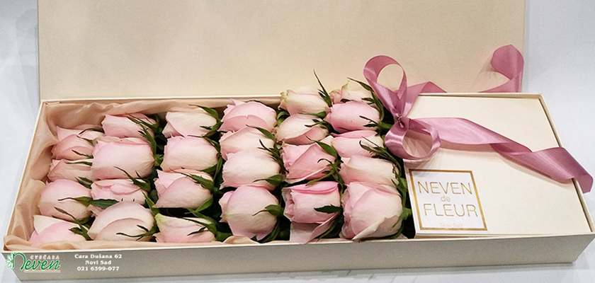 Nežne roza ruže u kutiji