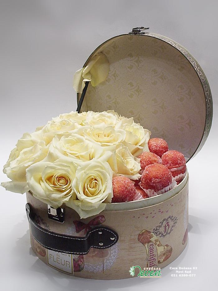 Kolačići i ruže u koferčiću