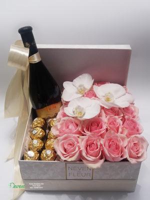 Pokloni u kutiji sa ružama i orhidejama