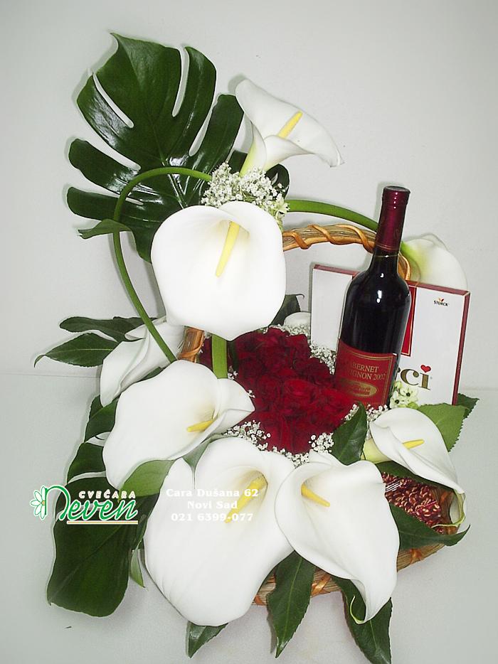 Aranžman sa poklonima, kalama i ružama