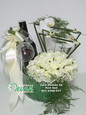 Aranžman sa belim ružama u staklenoj posudi