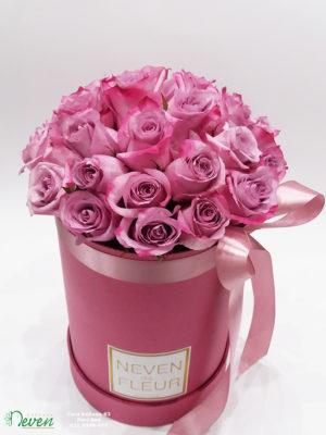 Flowerbox sa ljubičastim ružama.