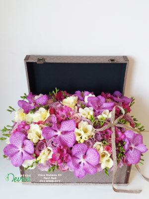 Kofer sa ružama, frezijama i orhidejama