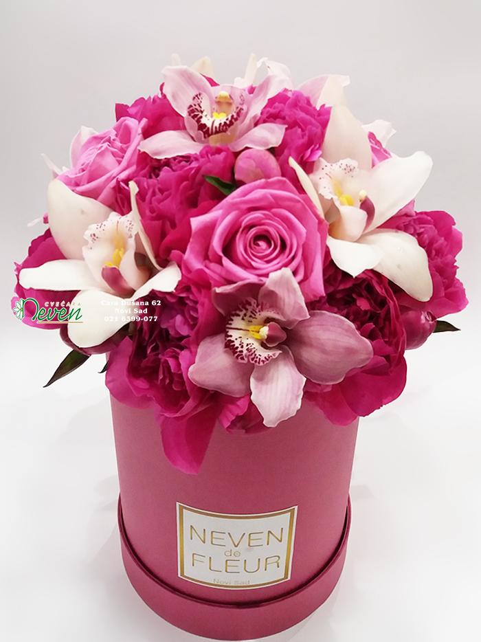 Flower box sa božurima, ružama i orhidejama