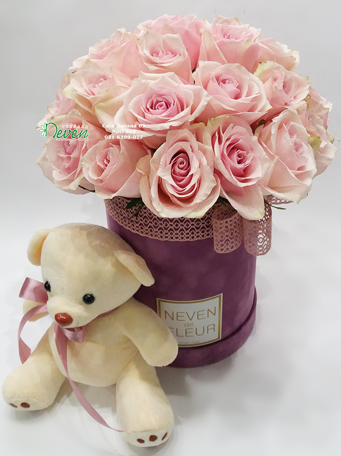 Plišani Flowerbox sa ružama i medvedićem.