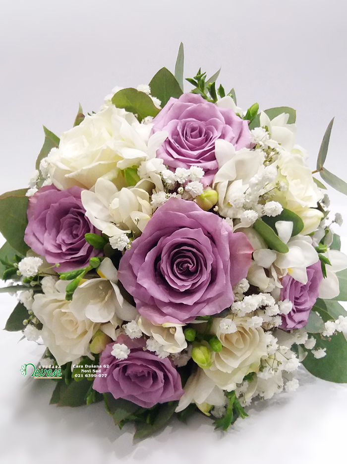 Bidermajer sa ružama, frezijama i eukaliptusom.