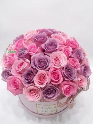 Flowerbox sa roza i ljubičastim ružama.