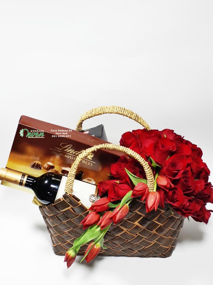 Crvene ruže i pokloni.