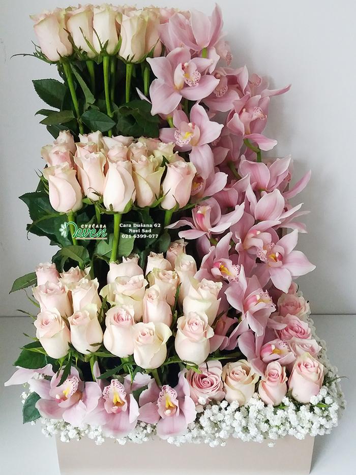 Aranžman sa ružama i orhidejama.