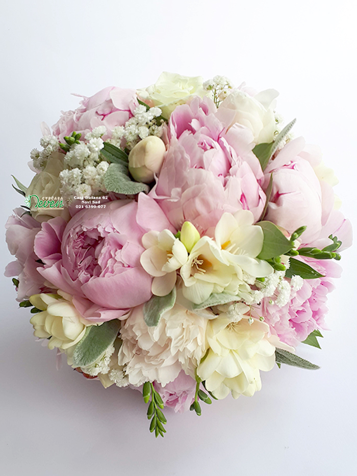 Bidermajer sa božurima, ružama i frezijama