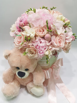 Plišani meda uz cvetni aranžman za rođenje devojčice