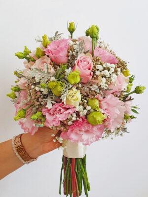 Bidermaje sa ružama, lizijantusima i gipsofilom
