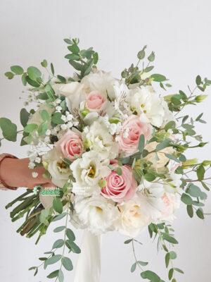 Boho biedrmajer sa ružama i lizijantusima